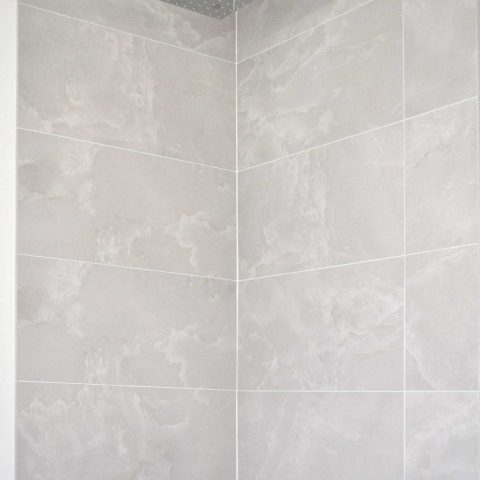 Detail of the shower with rainfall head and thermostatic control